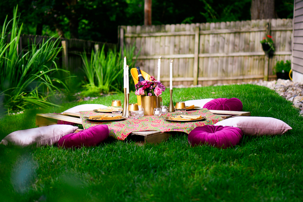 A gorgeous picnic setting with one of our cute picnic ideas using a wooden pallet as a picnic table.